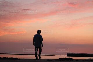 男性,風景,空,屋外,太陽,ビーチ,雲,夕暮れ,水面,シルエット,人物,人,立つ