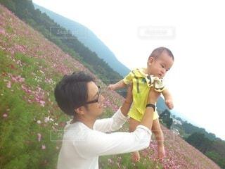 子ども,風景,空,花,屋外,コスモス,山,人,笑顔,赤ちゃん,幼児,コスモス畑,子育て,お出かけ