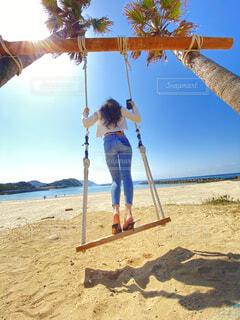ビーチでブランコをしている人の写真・画像素材[4517850]
