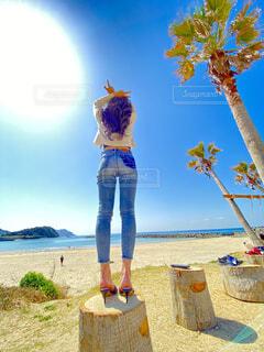 浜辺に立っている人の写真・画像素材[4607968]