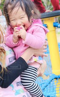 赤ちゃんを抱いた小さな女の子の写真・画像素材[4619328]