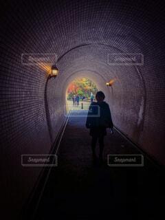 風景,秋,シルエット,人物,人,トンネル,明るい,履物