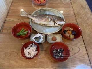 食べ物,魚,屋内,テーブル,野菜,皿,木目,魚介類,梅干し,鯛,煮物,お食い初め,漆器,赤飯,しじみ汁,神社の石