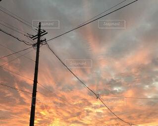 空,屋外,雲,夕焼け,夕暮れ,電柱,くもり,電線路,電源供給