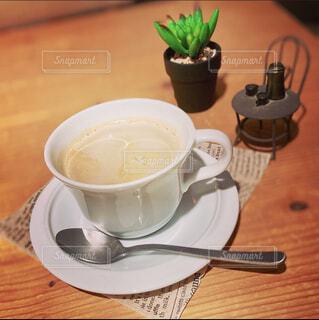 食べ物,コーヒー,屋内,テーブル,スプーン,茶碗,皿,マグカップ,食器,カップ,カプチーノ,紅茶,カフェオレ,木目,調理器具,食器類,コーヒー カップ,受け皿
