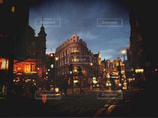 空,建物,冬,夜,屋外,雲,ネオン,都会,外国,旅行,旅,高層ビル,イギリス,明るい,通り,異国,街路灯,研修