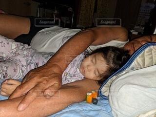 おやすみ,孫,じいじ,ベッド
