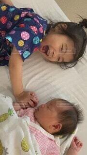 屋内,かわいい,赤ちゃん,幼児,姉妹,お布団,ベビーベッド
