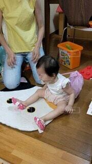 子ども,風景,屋内,かわいい,テーブル,床,人物,人,赤ちゃん,誕生日,少年,孫,保育園,重い,一歳,一升餅,人間の顔,子供の芸術