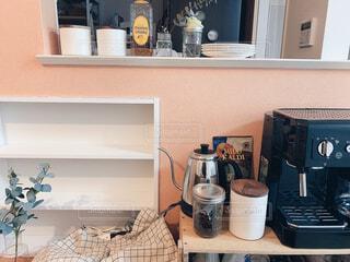 コーヒー,キッチン,屋内,木,花瓶,瓶,コーヒーメーカー,壁,棚,ボトル,家具,カップ,台所,家電,電化製品,収納,冷蔵庫,アイテム,ポット,台所用品,りんご箱,家庭電化製品