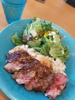 食べ物,テーブル,野菜,ワンプレート,皿,サラダ,カップ,レストラン,ガーリックライス,ステーキ,lunch