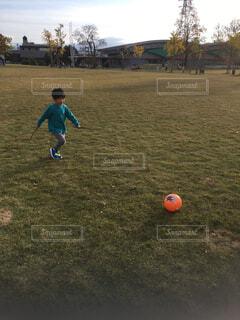 空,公園,スポーツ,屋外,景色,草,人物,外,ボール,人,サッカー,少年,男の子,若い,遊び場,再生,スポーツ用品