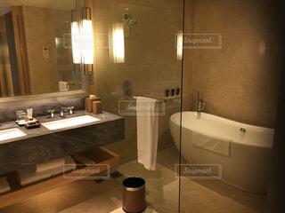 インテリア,キッチン,バスルーム,屋内,部屋,床,壁,シャワー,ホテル,ミラー,シンク,バスタブ,タップ,宿泊施設,天板,バスルームアクセサリー,衛生器具