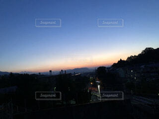 自然,風景,空,屋外,白,青,窓,暗い,山,オレンジ,朝焼け,外,朝,6月,早朝,グラデーション,群青,早起き,薄暗い,群青色,窓から見た空