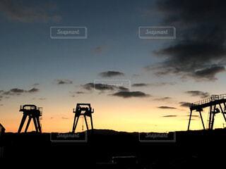夕日の前に立っている人々のグループの写真・画像素材[4527237]