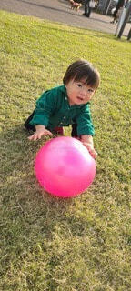 子ども,風景,屋外,風船,景色,草,人物,ボール,人,赤ちゃん,幼児,少年,若い,遊び場,少し