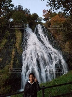 子ども,自然,風景,秋,屋外,子供,滝,樹木,女のコ