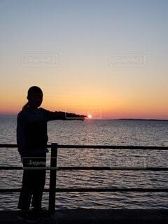 子ども,空,湖,景色,子供,夕陽,男の子,おとこのこ,元気玉,1日の終わり