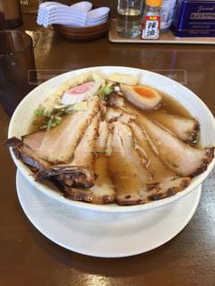 テーブルの上に食べ物のプレートの写真・画像素材[1198343]