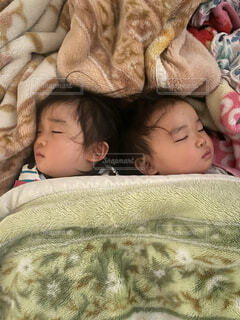 子ども,屋内,かわいい,景色,寝転ぶ,寝る,人物,人,赤ちゃん,幼児,少年,新生児,ベッド,人間の顔