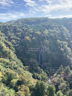 山の中に一歩の滝の写真・画像素材[4500746]