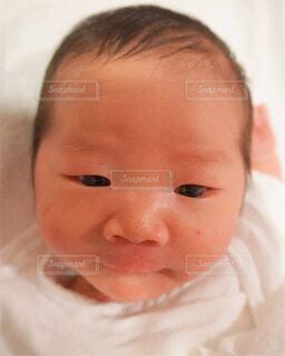 子ども,屋内,景色,人物,人,赤ちゃん,顔,幸せ,幼児,新生児,目,産婦人科,出産,愛おしい,肌,母子同室,人間の顔