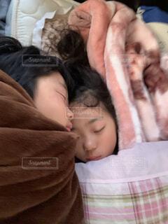 屋内,昼寝,景色,少女,寝転ぶ,仲良し,人物,人,赤ちゃん,幼児,新生児,兄妹,うたた寝,ベッド,人間の顔