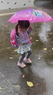 子ども,風景,雨,傘,屋外,湖,かわいい,水面,少女,人物,オシャレ,人,可愛い,地面,幼児,少年,若い,お洒落,おしゃれ,少し