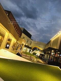 空,建物,ビル,屋外,雲,綺麗,夕方,街,家,イルミネーション,電気,オシャレ,広場,明かり,雰囲気,ステージ,くもり,テキスト