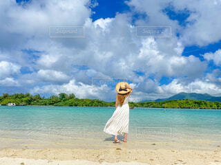 青い海と白いワンピースの写真・画像素材[4604716]