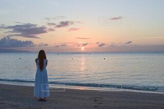 夕焼けのビーチの写真・画像素材[4673096]