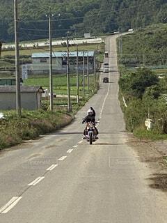 風景,空,自転車,屋外,森,道路,バイク,山,景色,草,高速道路,道,通り,一本道,景観,オートバイ,車両,乗馬,ホイール,陸上車両