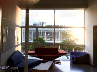 建物,インテリア,屋内,部屋,窓,夕方,家,椅子,テーブル,床,壁,家具,モダン,ソファ,天井,アーキテクチャ,コーヒー テーブル,スタジオソファ,ソファー・ベッド