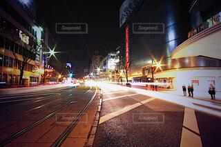 夜の街の通りの眺めの写真・画像素材[4506197]