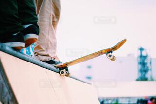 スケートボードでいたずらをしている男の写真・画像素材[4506402]