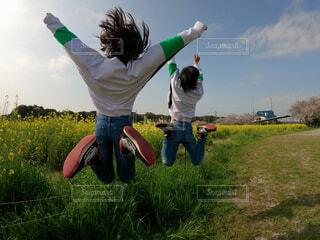 空,屋外,ジーンズ,菜の花,景色,子供,草,人物,人,遊び場,空気,姉弟