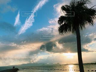 水の体の上の空の雲のグループの写真・画像素材[4620952]