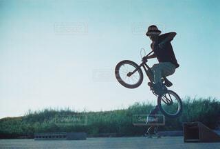 男性,空,自転車,屋外,太陽,晴れ,ジャンプ,田舎,ランプ,人物,逆光,人,ストリート,昼間,空気,パフォーマンス,BMX,車両,高い,乗馬,ホイール,エクストリームスポーツ,テキスト,トリック,ライダー,スケートパーク,動く,自転車用ヘルメット,サイクルスポーツ,スポーツ用品,スタント,陸上車両,自転車のホイール,スタントパフォーマー,ダートジャンプ,フリーライド,bmxバイク