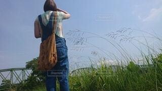 鉄橋を眺めている女性の写真・画像素材[4530587]