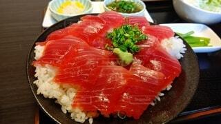 食べ物,食事,フード,テーブル,皿,卵,料理,寿司,刺身,マグロ,魚介類,飲食,さかな,フライ返し,赤身肉,鍬,付け合わせ,魚製品