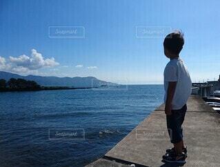 海を見ながら佇む男の子の写真・画像素材[4509165]