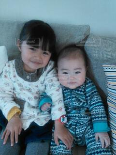 赤ちゃんを抱いている人の写真・画像素材[4556131]