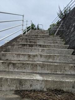 空へと向かう年季のある階段の写真・画像素材[4529044]