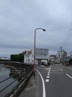 道路、川、マンションをいつも見守る街灯の写真・画像素材[4529088]