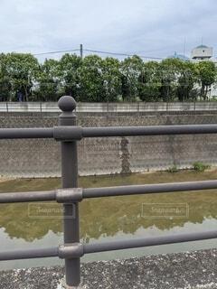 川と道路を見守る柵の写真・画像素材[4529095]