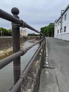 川と道路を見守る柵、斜めバージョンの写真・画像素材[4529097]