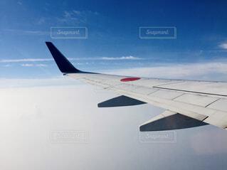 青空を飛ぶ飛行機の写真・画像素材[4511489]