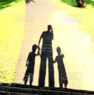 父親と双子ちゃんの写真・画像素材[4528812]