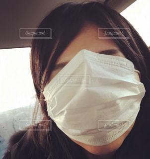 マスクで顔を隠すの写真・画像素材[1072863]