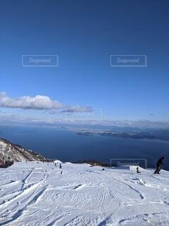 雪に覆われた斜面の写真・画像素材[4522412]